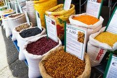 Zakken van peulvruchten op de Ostuni-markt Stock Foto's