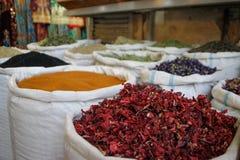 Zakken van thee en kruiden in de voorgrond karkade in de Marokkaan royalty-vrije stock foto's