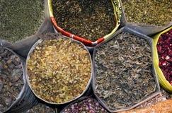 Zakken Welriekend mengsel van gedroogde bloemen en kruiden in Arabische Souq wordt gevonden die stock afbeeldingen