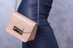 Zakkenmodetrends Sluit omhoog van schitterende modieuze zak Fashionab Stock Afbeelding