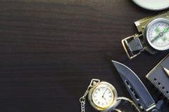 Zakmes met kompas, document, potlood, notitieboekje, zakhorloge, rop Stock Afbeelding