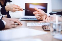 Zakończenie kobieta up wręcza dawać pióru biznesmen dla kontraktacyjnego podpisywania zdjęcia royalty free