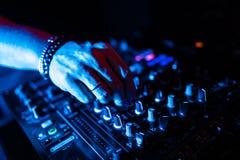 Zakończenie w górę DJ wręcza kontrolować muzycznego stół w noc klubie zdjęcie stock
