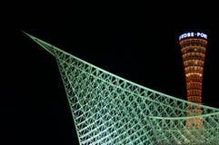 Zakończenie w górę Kobe portu wierza i iluminującego dachu Kawasaki muzeum w Kobe, Japonia obraz stock