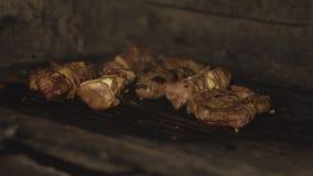 Zakończenie w górę kucharzów dłoniaków szaszłyka lub shish kebab na grilla grillu w piekarniku nad węglami w restauracji w slowmo zbiory wideo