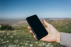 Zakończenie w górę mężczyzny używa telefon plenerowego zdjęcie stock