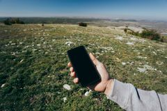 Zakończenie w górę mężczyzny używa telefon plenerowego obraz royalty free