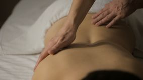 Zakończenie w górę młodej dziewczyny ma ręka masaż w zdroju salonie zbiory wideo