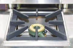 Zakończenie w górę nowożytnej benzynowej kuchenki robić od stali, obsada groszak lub żelazo lub fotografia stock