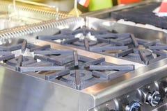 Zakończenie w górę nowożytnej benzynowej kuchenki robić od stali, obsada groszak lub żelazo lub zdjęcie stock
