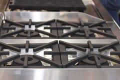 Zakończenie w górę nowożytnej benzynowej kuchenki robić od stali, obsada groszak lub żelazo lub zdjęcia royalty free
