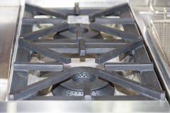 Zakończenie w górę nowożytnej benzynowej kuchenki robić od stali, obsada groszak lub żelazo lub obrazy royalty free