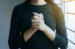 Zakończenie w górę ręki kobiety w modlenie pozycji, Żeński wynagrodzenie szacunek lub stawiający twój ręki wpólnie w modlitewnej  fotografia royalty free