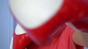 Zakończenie w górę sporty młodej dziewczyny robi boksujący ćwiczenie, robi bezpośredniemu uderzeniu Młoda dziewczyna odizolowywaj zdjęcie wideo