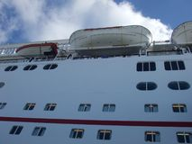 Zakończenie w górę statku wycieczkowego doku przy portem z życie łodzią i liferaft obrazy stock
