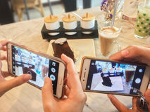 Zakończeń up ludzie biorą obrazek kawowy tort przed jedzą Zdjęcie Royalty Free