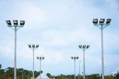 Zakończenia światło reflektorów stadium na niebie Zdjęcia Stock