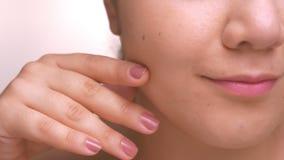 Zakończenia cheeck z idealną smoth skórą caucasian kobieta, patrzejący kamerę relaksował i spokój salowy zdjęcie wideo
