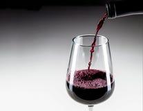 Zakończenia dolewania czerwone wino W szkło fotografia royalty free