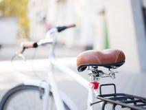 Zakończenia rowerowy siedzenie na zamazanym tle Brown, retro roweru siedzenie Nowożytny transport kosmos kopii fotografia royalty free