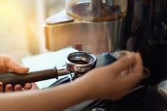 Zakończenia up Świeżo kawy proszek w kawowym właścicielu zdjęcia royalty free