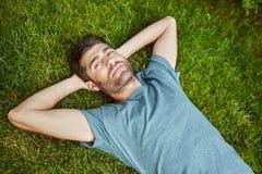 Zakończenia up outdoors portret młody atrakcyjny dojrzały brodaty latynoski mężczyzna w błękitny t koszulowy patrzeć w kamerze, k zdjęcie stock