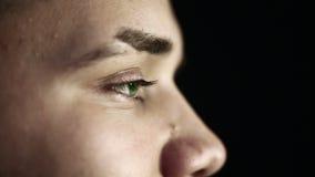 Zakończenia up profilu twarz młody człowiek z zielonych oczu czarnym tłem zbiory wideo