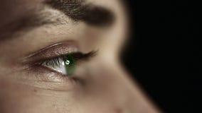 Zakończenia up profilu twarz młody człowiek z zielonych oczu czarnym tłem zdjęcie wideo