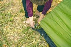 Zakończenia up ręk ustawiania namiot w natura lasu obozu d obrazy royalty free