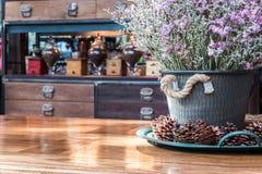 Zakończenia up Statice suchy kwiat w garnku na drewnianym stole fotografia royalty free