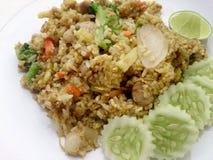 Zakończenia up zieleni curry smażący ryż na naczyniu, Wyśmienicie smażący ryż z kurczak zieleni currym, Tajlandzki jedzenie Zdjęcia Stock