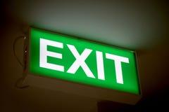 Zakończenia up zieleni wyjścia znak na drzwi w budynku Zdjęcia Stock