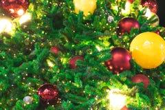 Zakończenia w górę choinki dekorowali lekkimi i czerwonymi piłkami fotografia stock