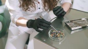 Zakończenia zwolnionego tempa steadicam ręki mknący dentysta w rękawiczkach Lekarka wybiera koniecznego świder dla świderu zbiory wideo
