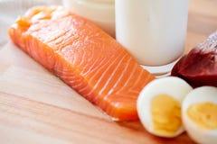 Zakończenie łosoś up przepasuje, jajka i mleko na stole zdjęcie stock