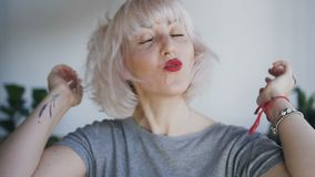 Zakończenie śmieszna dziewczyna z piegami ono uśmiecha się i spojrzenia przy kamerą Blondynka dotyka jej włosy z oba śmiechami i  zbiory wideo