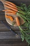 Zakończenie świeża surowa marchewka na drewnianej desce z nożem Odgórny widok na nieociosanym drewnianym tle Fotografia Royalty Free