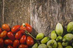 Zakończenie świezi, dojrzali pomidory na drewnianym tle, Uwalnia przestrzeń dla teksta Odgórny widok Zdjęcia Stock