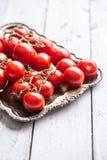 Zakończenie świezi gronowi pomidory na drewnianej desce zdjęcie royalty free
