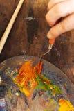 Zakończenie żeńscy artyści up wręcza używać farbę Obrazy Stock