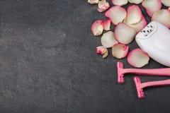 Zakończenie żeński epilator rozporządzalna żyletka z różanymi płatkami i Uwalnia przestrzeń dla teksta obraz royalty free