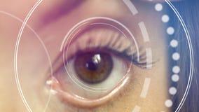 Zakończenie żeński oko up sprawdza wzrok w przyszłościowej klinice zdjęcie wideo
