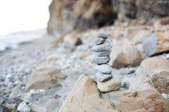 Zakończenie życzy ostrosłup przy nadmorski otoczak Wizerunek kamienia wierza na plaży Zdjęcia Stock