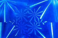 Zakończenie abstrakta wzór z round segmentami z promieniami na jaskrawym błękitnym holograficznym papierze obrazy stock