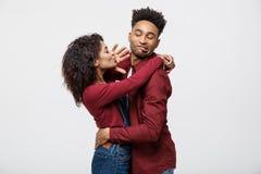 Zakończenie amerykan afrykańskiego pochodzenia potomstw para zaprzecza całować nad białym tła studiiem obrazy stock