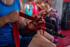 Zakończenie atlety zawija bandaże zdjęcia stock