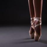 Zakończenie balerina up iść na piechotę w pointes ober szarość Obraz Stock