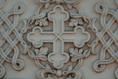 Zakończenie barelief zewnętrznie stiuk na antycznym antykwarskim kościół w postaci krzyża obraz stock