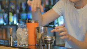 Zakończenie - barman przygotowywa koktajl na barze zbiory wideo