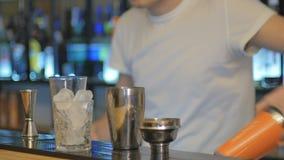 Zakończenie - barman przygotowywa koktajl przy barem zbiory